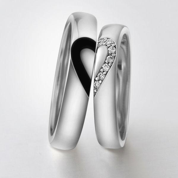 Обручальные серебряные кольца «Сердце на двоих» Оригинальные и современные обручальные кольца для двоих с черной половинкой сердца – для жениха и половинкой сердца из ярких страз – для невесты. Кольца выполнены из серебра 925 пробы.