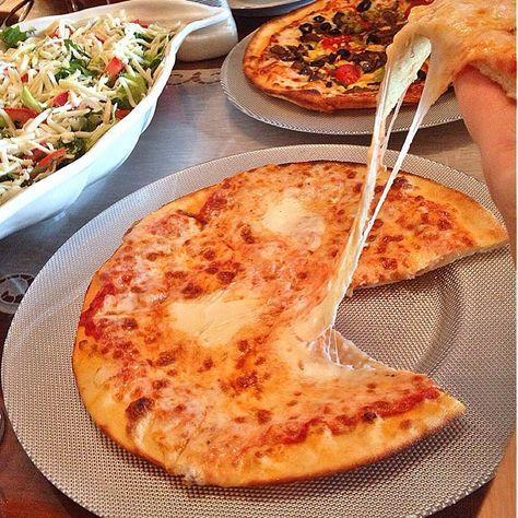 İnce Hamur Pizza 4 su bardağı un 1 çay kasığı dolusu toz maya 1 çay bardağı süt Yarım çay bardağı sıvı yağ 1 yumurta Tuz Sosu için 1 yemek kaşığı ketcap 1 çay kaşığı kekik 1 tatlı kaşığı sirke 2 yemek kaşığı zeytinyağı Üzeri için 150 gr mozarella 100 gr kaşar 20 gr parmesan Yapılışı Unu tezgahın üzerine döküyoruz. Ortasına may
