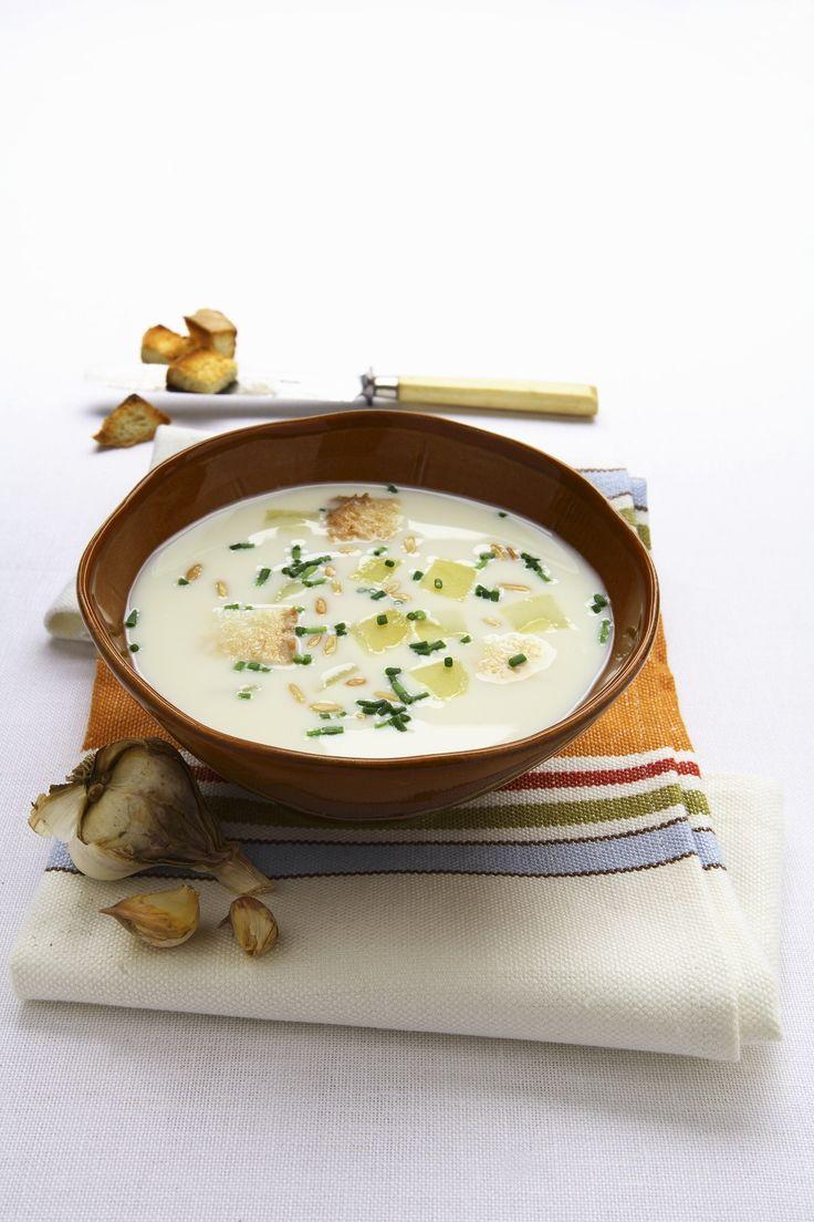 La zuppa di aglio è un primo piatto gustoso perfetto se servito freddo d'estate, accompagnato da crostini di pane di Altamura.