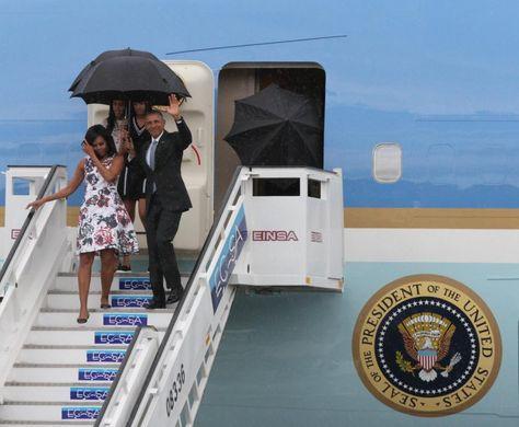 La Habana 20 Mar 2016.- Bajo una llovizna que golpeó a La Habana el presidente de Estados Unidos Barack Obama descendió con paraguas del Air Force One mientras cubría a su esposa Michelle Obama y lanzaba un saludo al aire.  @Candidman   #Fotos Air Force One Barack Obama Candidman Cuba Estados Unidos Foto del día La Habana Michelle Obama Presidente @candidman