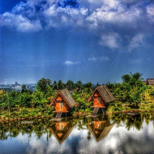 Dusun Bambu, Bandung, merupakan tempat menarik untuk berwisata kuliner ataupun bersantai mengisi libur akhir pekan.