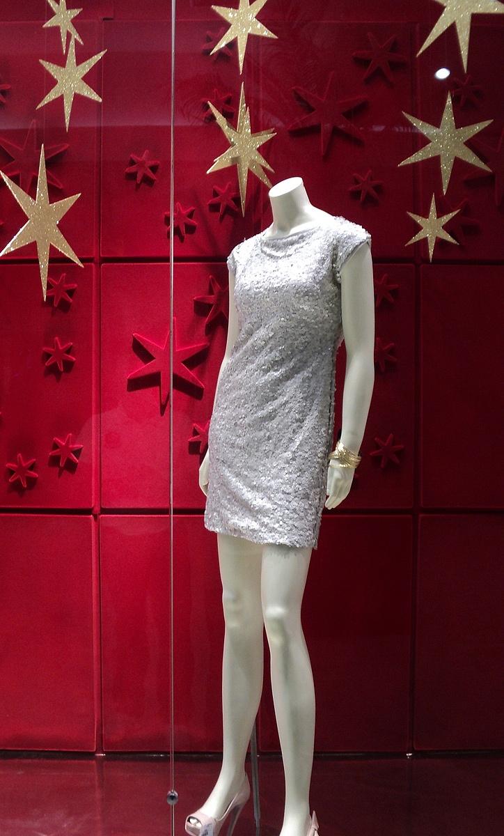 Muito bonita está vitrine da Renner 2011 decorado com estrelas, traduz bem o espírito Natalino! Visite nosso Site www.cartinhaaopapainoel.com.br