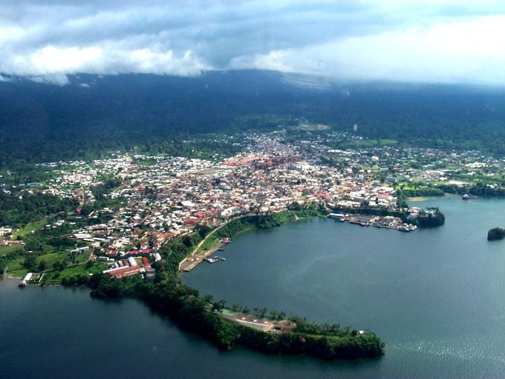 Es un ciudad en equatorial guinea. Hay montañas  detrás de la ciudad. La ciudad hay mucas personas. Es cerca de el oceaño y hay un playa bonita.