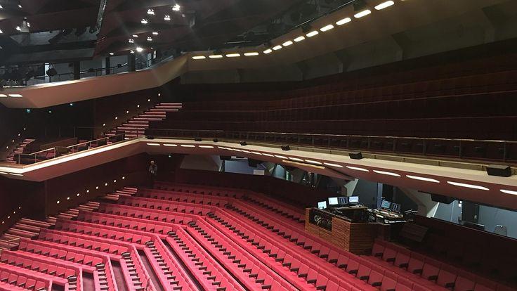 Helsingin Kaupungin Teatteri, Finland -Suuren näyttämön penkit on uudelleen verhoiltu ja muotoiltu. Kuva: Raija Kantomaa.