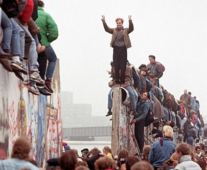 42 Inspiring Pictures From The Fall Of The Berlin Wall