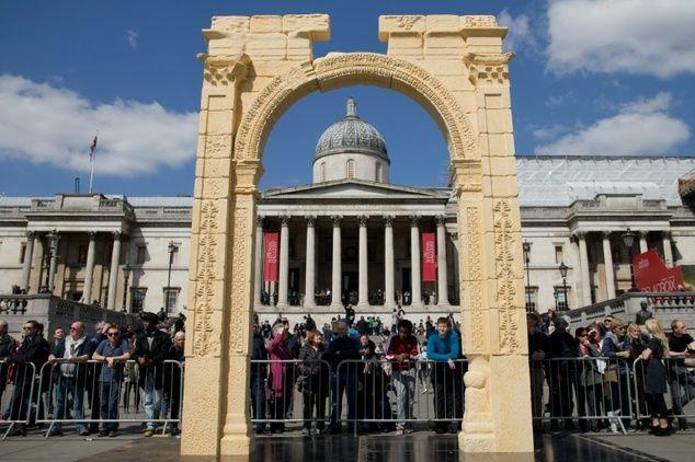 """London bangun replika situs Palmyra yang dihancurkan ISIS  LONDON (Arrahmah.com) - Sebuah replika dari salah satu monumen yang paling ikonik di kota Suriah kuno Palmyra diresmikan di Trafalgar Square London pada Selasa (19/4).  Proyek ini merupakan gagasan dari Institute for Digital Archaeology (IDA) yang berbasis di Oxford lansir AFP (19/4/2016).  Palmyra dianggap sebagai Situs Warisan Dunia UNESCO. Situs yang dikenal sebagai """"Mutiara dari gurun"""" ini terletak di timur laut Damaskus Suriah…"""