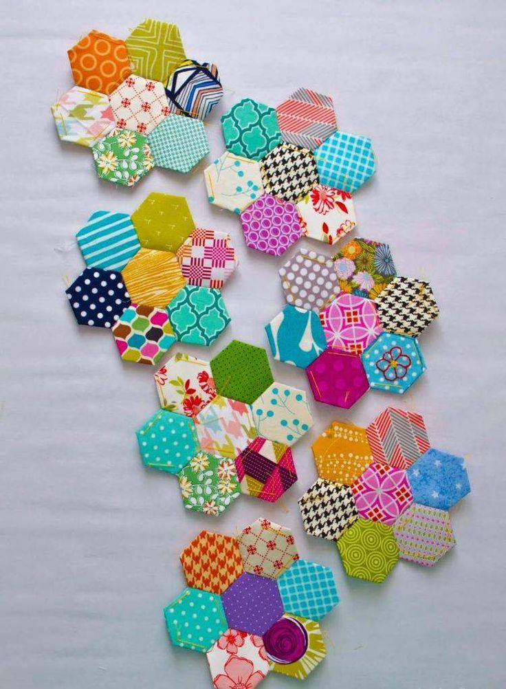schéma patchwork hexagones multicolores