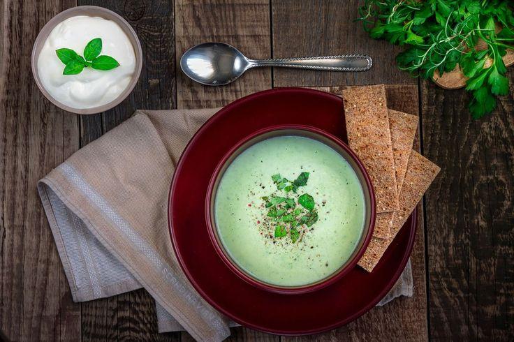 Foto 123RF Nigella Lawson îți propune o supă aromată cu spanac și lapte de cocos pentru o adevărată simfonie de arome. Dificultate: ușor Timp de preparare: rapid Porții: 2-4 ingrediente: 2 linguri pastă de curry verde 1 cutie 400 ml lapte de cocos 500 g spanac congelat 250 ml apă fiartă 1 linguriță pulbere legume …