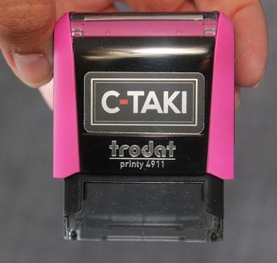 """Le tampon spécial textile """" C-TAKI """" va vous changer la vie !! Fini de perdre du temps avec le fer à repasser ! Rapide et efficace sur toutes les matières !"""