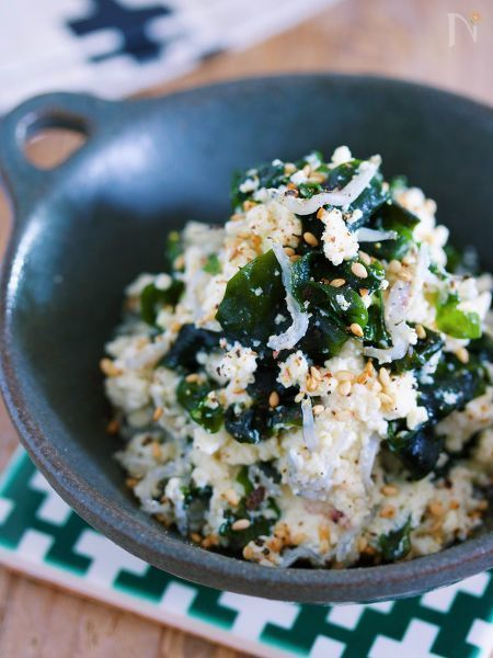 お豆腐を使った、栄養満点  ヘルシーサラダのご紹介です♪    こちら、お豆腐の水切り不要!    ボウルでグルグル混ぜるだけで  完成のお手軽レシピです。    ちなみに、味付けは  ごま油と鶏ガラスープの素がベースの塩だれ。    これは、やみつき確定です!!