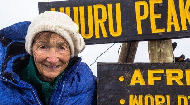 photo femme âgées | À 86 ans, elle a gravi le Kilimandjaro ! Et elle a fait ça pour une ...
