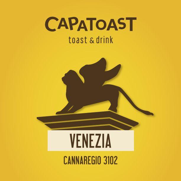 """#CAPATOAST apre a #VENEZIA! Per la prima volta la nostra Toasteria Take Away si trasforma in """"Toast & Drink"""" : un concept tutto nuovo in cui, oltre ai nostri mega Toast, sarà possibile gustare altre specialità come i taglieri di salumi, formaggi, mieli e confetture o i famosi """"cichèti"""" veneziani preparati con il nostro pane artigianale e le nostre caratteristiche ricette. Il tutto accompagnato da spremute, centrifughe, birre artigianali, long drink, spritz o un calice di buon vino."""