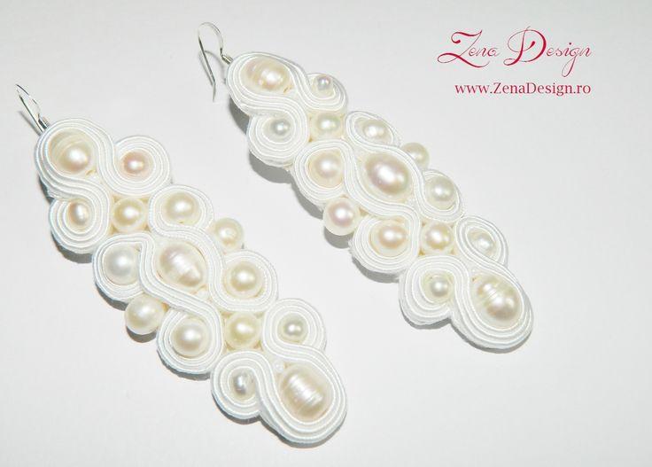 Unique Zena Design – Handmade jewelry! La realizarea acestei perechi de cercei am utilizat tehnica soutache – broderie manuală realizată din şnur soutache alb şi perle de cultură naturale. Material…