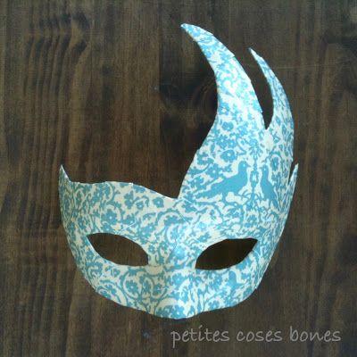 Máscara recuerdo de Venecia DYS con una máscara en blanco y decoupage con un…
