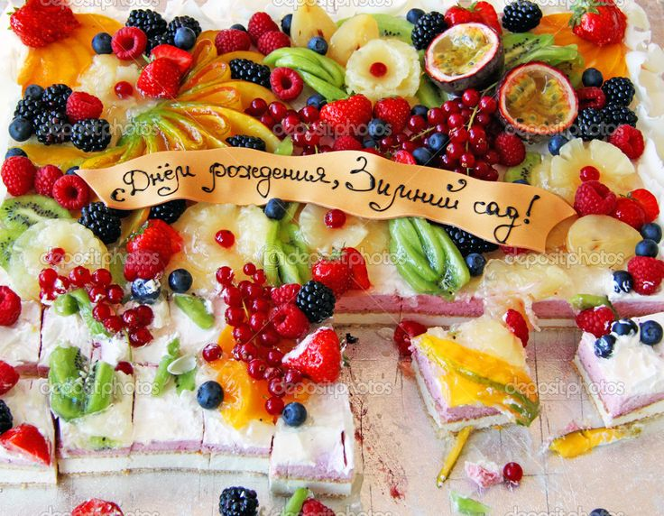 Crostata di frutta fresca dolce ricoperto di frutti tropicali assortiti