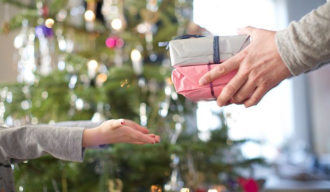 Find ud af, hvordan du kan spare penge på julegaver ved at købe dem utraditionelle steder.