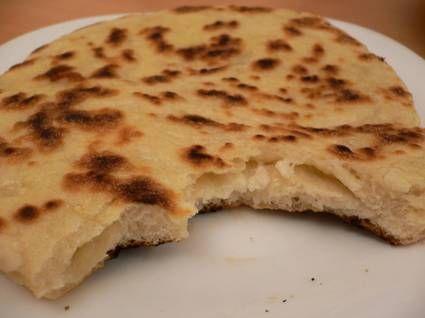 Naans au chèvre (1h repos + 10min cuisson + 15min prép)    Pour 4 naans :   2 càs d'eau tiède    1 càs d'huile d'olive    1 yaourt nature    1 pincée de sel    300 g farine    1/2 sachet de levure de boulanger    1/2 bûchette de chèvre