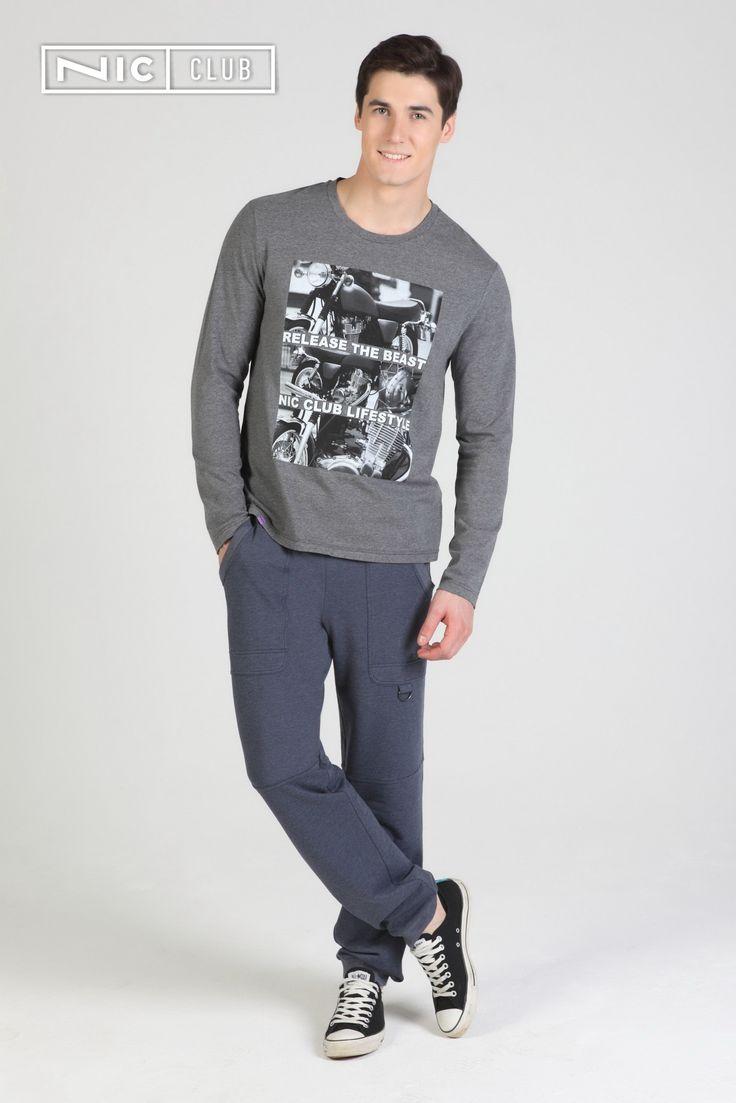 Стильный лонгслив благородного серого оттенка — удобная вещь в стиле casual, которая отлично сочетается с джинсами, спортивными брюками и шортами. Изделие выполнено из тонкого трикотажа с высоким содержанием хлопка. Лонгслив — прямого силуэта, с круглой горловиной. На груди расположен крупный черно-белый принт в урбанистическом стиле.