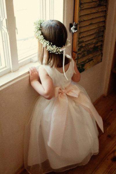 des petites couronnes de gypsophiles pour les petites filles…