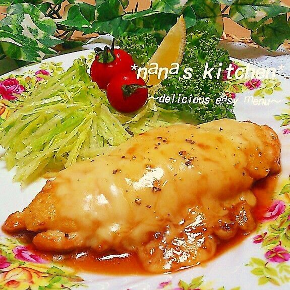 鶏ささみ一本で ボリュームいっぱい 柔らかふわトロ~♪な チーズ照り焼きを作りました! ( ´艸`)  鶏ささみのボリュームの秘密は ヘルシーなお豆腐!(*^-^)b  鶏ささみも柔らかく仕上がるし お豆腐がふわ~っとマッチし チーズもトロ~で とっても美味しかったですよ♪ ☆-( ^-゚)v  ~鶏ささみ3本分レシピ~  鶏ささみ 3本 *お酒 コサジ1 *塩 胡椒 少々  水切り木綿豆腐 150㌘ ●片栗粉 大さじ 2 ●ガーリックパウダー 少々  小麦粉 適量 サラダ油 適量 シュレッドチーズ お好み  ~照り焼きタレ~  お酒 大さじ2 みりん 大さじ2 お水 大さじ1 お醤油 大さじ1 オイスターソース 大さじ1/3 お砂糖 大さじ1 おろしにんにく 1欠片分
