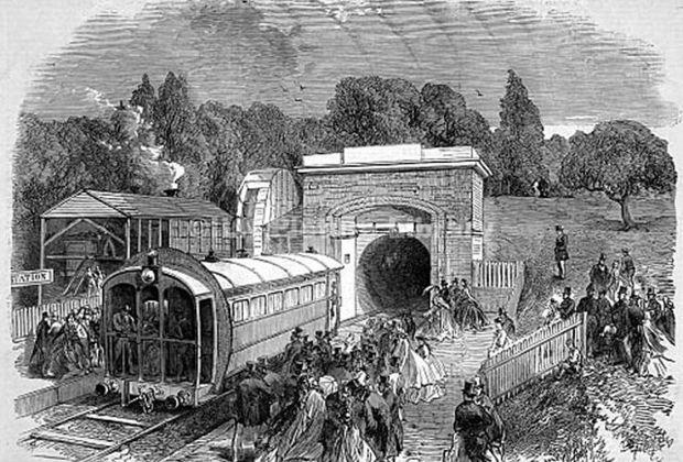 Станция пневматической дороги у Хрустального дворца 1864 год. Обратите внимание на круглый щит на вагончике: он предназначен для более эффективного использования воздушного потока в туннеле.