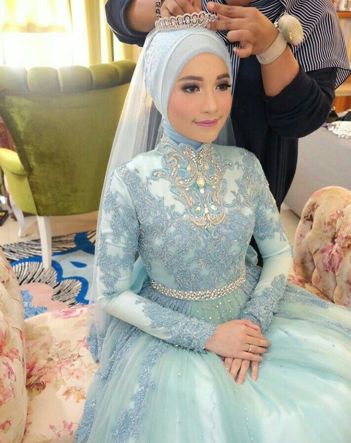 Love her makeup and dresses. She's look flawless and gorgeous #muslimbride #indonesianbride