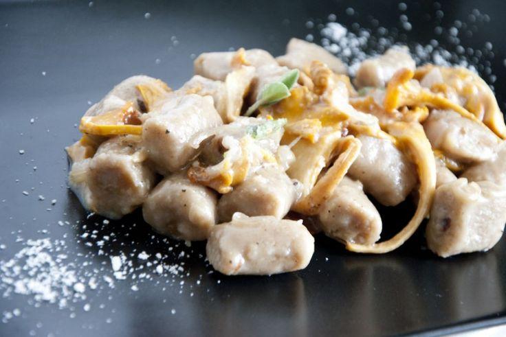 Gnocchi di castagne, farro e finferli ricetta