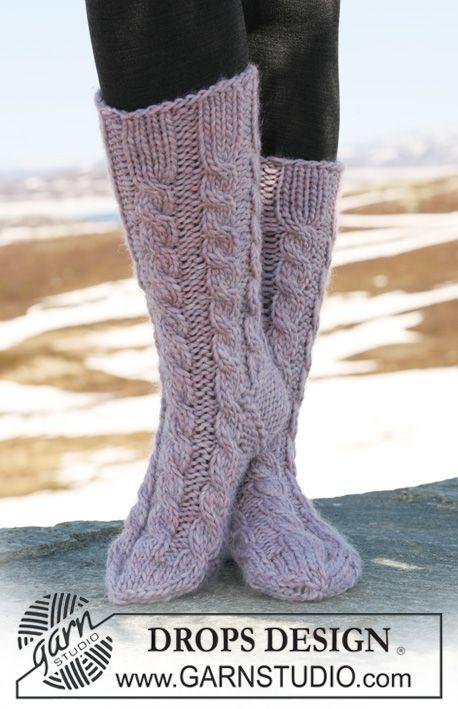 """DROPS sockor med flätor i """"Eskimo"""". ~ DROPS Design"""