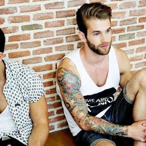 Por si te gustan con un aura más juvenil.   Los 31 hombres tatuados más guapos de todo Internet