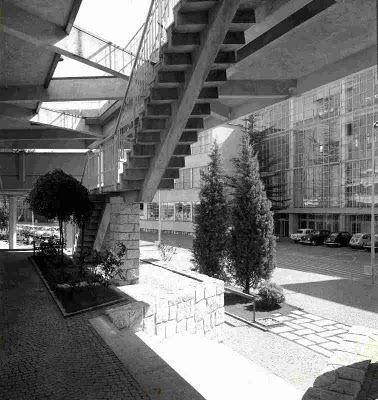 Una foto della corte interna del Nuovo Centro dei Servizi Sociali su via Jervis, realizzato da Figini e Pollini nel 1959. Una foto della corte interna del Nuovo Centro dei Servizi Sociali su via Jervis, realizzato da Figini e Pollini nel 1959. Sullo sfondo si vedono le officine del Primo Ampliamento del '39-'41