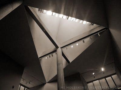 Moleskinearq LE CORBUSIER: MUSEO DE ARTE EN TOKIO maestro en el manejo de la luz, obtiene un efecto dramático al componer esta ventana cenital con unas columnas que se sostiene en unas vigas en cruz, al centro mismo de los tragaluces triangulares.