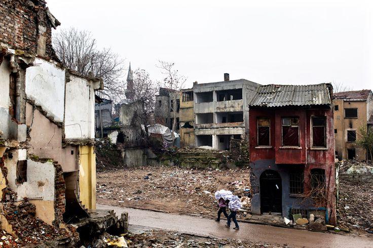 Wie viele andere Areale in Istanbul ist der Fatih-Distrikt Sanierungsgebiet: Ein Gesetz von 1983 gibt der touristischen Entwicklung Vorrang; hunderte Familien müssen für Neubauten ihre Häuser verlassen. Die Männer im Vordergrund haben in den Ruinen Verwertbares gesammelt, um es an ein Recycling-Zentrum zu verkaufen. | © Raphaël Fournier