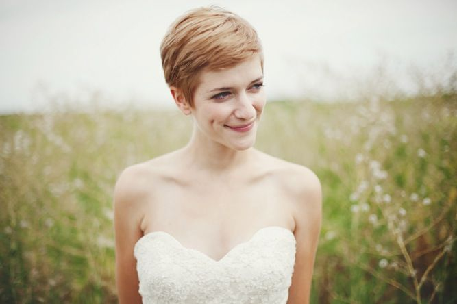 gorgeous bride with pixie cut! Love this haircut, wish I could pull it off.