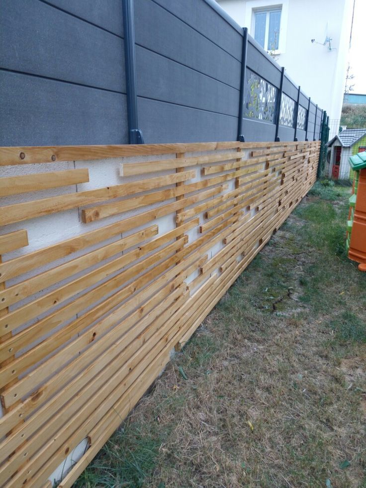 Camouflage A Wall Of Blocks With Wooden Cleats Mur Exterieur Habillage Mur Exterieur Mur En Parpaing