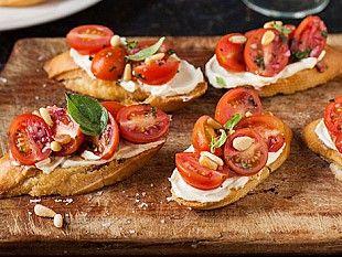 Кростини - итальянская закуска, которая представляет собой ломтики поджаренного хлеба с различными начинками. В предвкушении новогодних праздников мы подобрали несколько рецептов с разными ингредиентами. Выбирай на свой вкус!