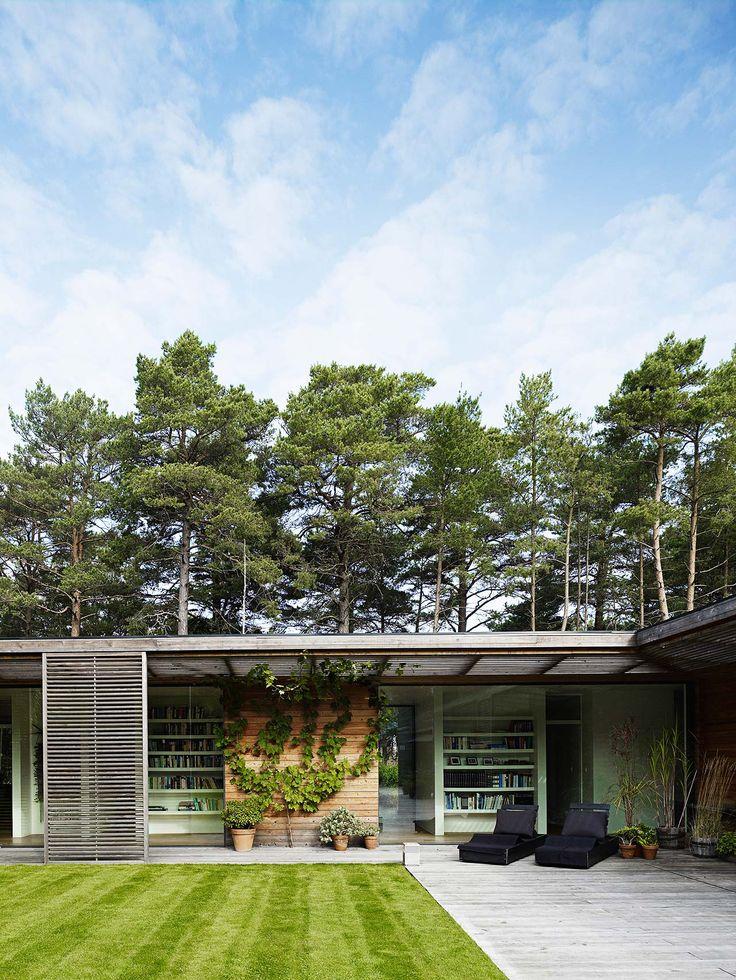 Huset är placerat i hjärtat av Ljungskogen, som täcker större delen av bostadsområdet Ljunghusen i Vellinge kommun.
