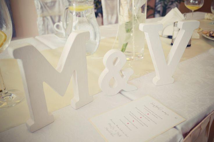 Svatební písmena Elegantní iniciály pro nevěstu a ženicha. Mohou sloužit jako dekorace na svatební tabuli, pro focení novomanželů, ale i jako dekorace do domácnosti. Písmenka jsou kvalitně vyřezaná a natřená bílou barvou. Rádi vám vyrobíme písmenka podle vašich představ - rozměry i povrchová úprava dle domluvy. Materiál: MDF Deska Rozměry: Písmena- výška 15cm, ...