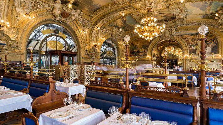 «Никита» в Le Train Bleu. Ресторан Le Train Bleu был открыт к Всемирной выставке 1900 года, тогда он назывался буфетом Лионского вокзала, в последствии его переименовали в честь поезда по маршруту Париж-Вентимилья. За фасадом этого здания Прекрасной эпохи скрывается один из самых красивых ресторанов Парижа, под голубыми сводами которого ужинали и Сальвадор Дали, и Коко Шанель, и Франсуа Миттеран. В «Голубой трамвай» Люк Бессон посадил отмечать свой день рождения Никиту, сыгранную Ан Парео.