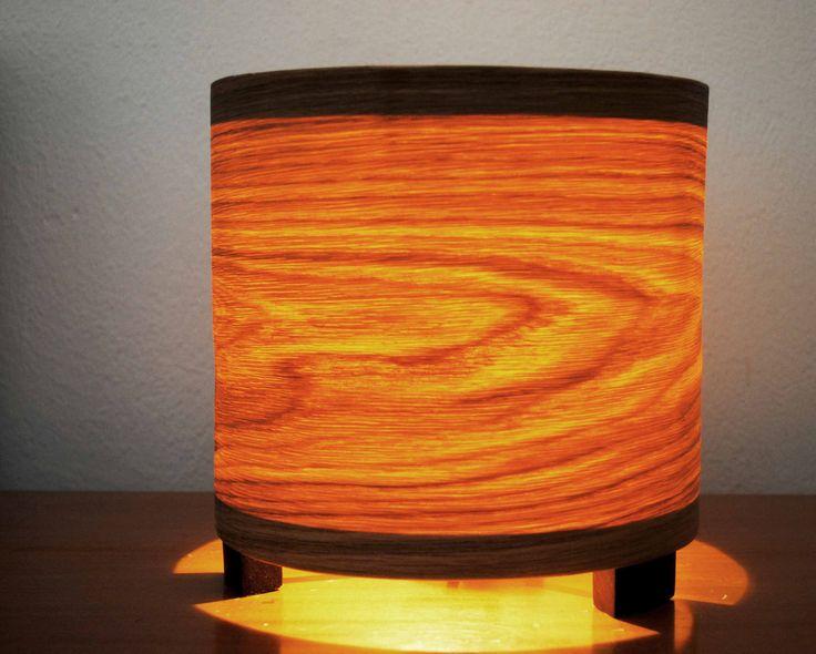 Spiral Oak Mini - #handmade #woodlamps #tablelight #woodenlights #woodwork #veneer #veneerlight  Επιτραπέζιο φωτιστικό από καπλαμά δρυός και ξύλο wenge. Διαθέτει ντουί και καλώδιο με διακόπτη on/off. Διαστάσεις: διάμετρος καπέλου 23 εκ., ύψος 23 εκ. Desktop light, made of oak veneer and wenge. Comes with power cable and lamp holder. Dimensions: Diameter 23 cm, Height 23 cm