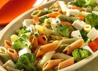 """A <a href=""""http://mdemulher.abril.com.br/culinaria/receitas/receita-de-salada-macarrao-576047.shtml"""" target=""""_blank"""">salada de macarrão</a> com penne colorido, brócolis e queijo branco é a opção saudável de entrada. Devore!<br /><br />. <a href=""""http://"""