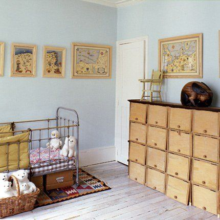 Chambre de nouveau-né avec un grand volume de rangement composé de casiers en bois