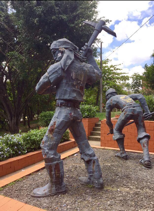 Detalles y acercamientos al monumento a Los Obreros del maestro Justo Arosemena. Urb Nueva Villa de Aburrá. Medellin.