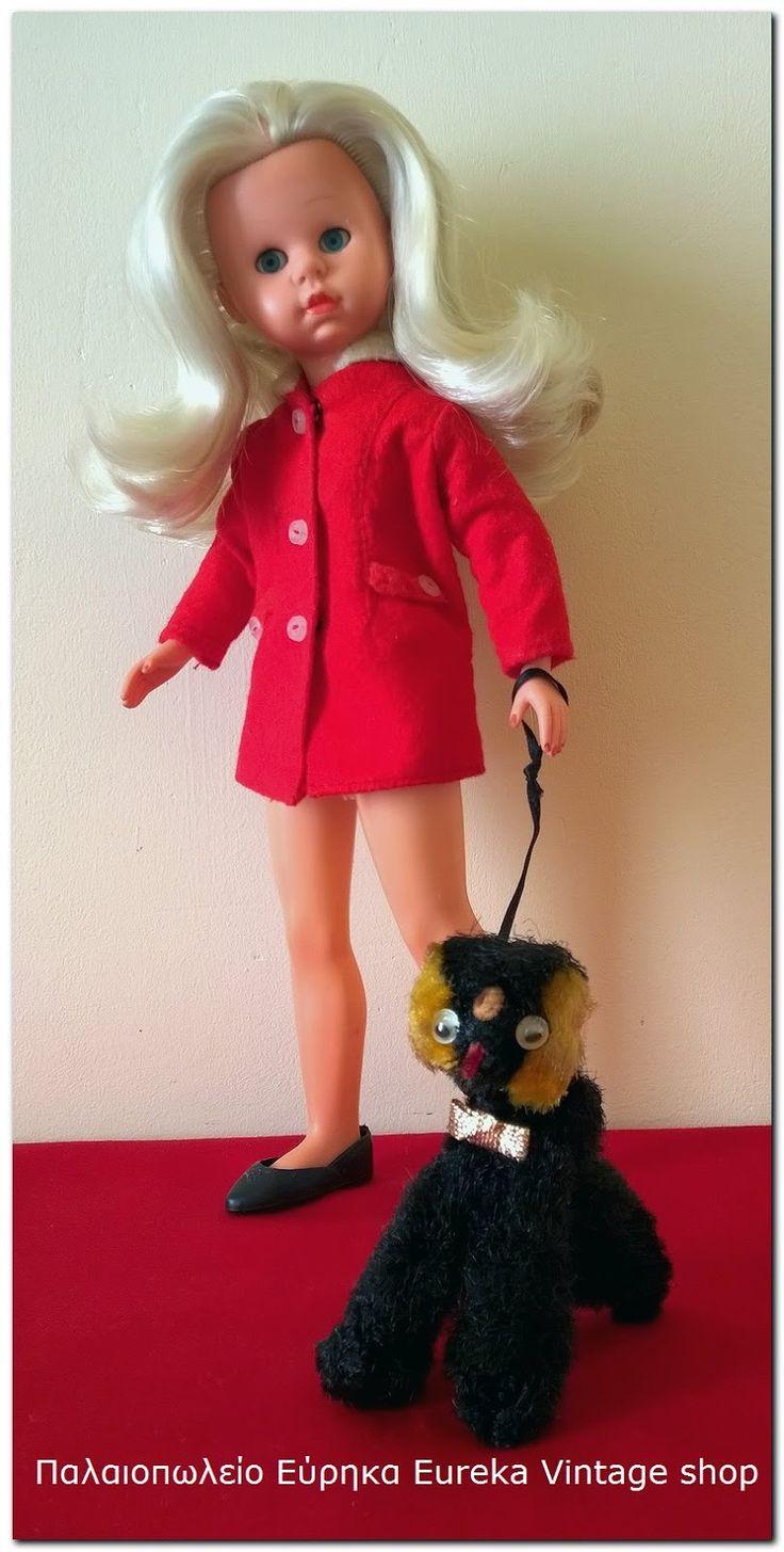 Κούκλα μανεκέν της ιταλικής εταιρίας Italocremona με το όνομα Kitty από το 1964. Η κούκλα είναι σε πολύ καλή κατάσταση με υπέροχο ρούχο. Είναι πολύ όμορφη και εκφραστική!  Το κεφάλι όταν το γυρνάς παίρνει διάφορες πόζες, λόγο κατασκευής του λαιμού, τα πόδια ανοίγουν σε γραμμή Α όπως ήταν στην μόδα οι πόζες που έπαιρναν τα μανεκέν εκείνα τα χρόνια!