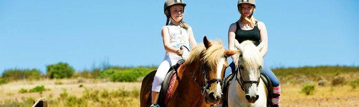 Hoch zu Ross entdecken reiterfahrene Kinder ab 7 Jahren während der Kinderreitwochen vom 28.03. bis 01.04. und 17.10. bis 21.10. die wunderbar weite #Landschaft der #Algarve. Fünf Vormittage verbringen sie dann auf dem #Reiterhof Quinta Paraiso Alto von Jinny Harman, wo die Reitausrüstung schon bereit liegt. #reiten #pferd #berge #familienurlaub #ferien #travel #horseriding #horse #ausreiten travelwithkids #vamosreisen