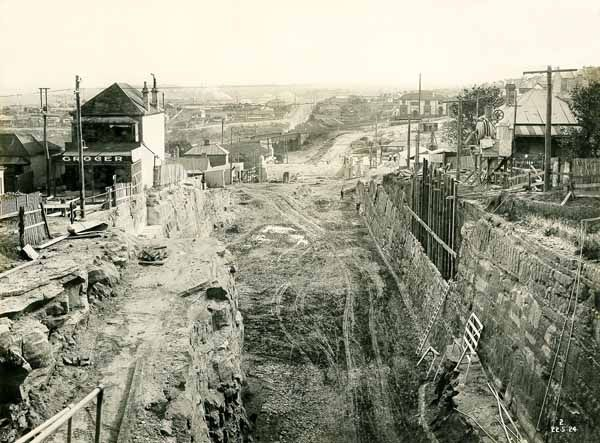 Building the Sydney Harbour Bridge - Bank Street looking towards Bay Road Dated: 22 May 1924. v@e.