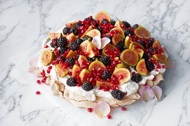 Perfekt festkake: Pavlova med brunt sukker, yoghurt og vinterfrukt gir den florlette dessertkaken en ny dimensjon. #pavlova #kake #festkake #bær
