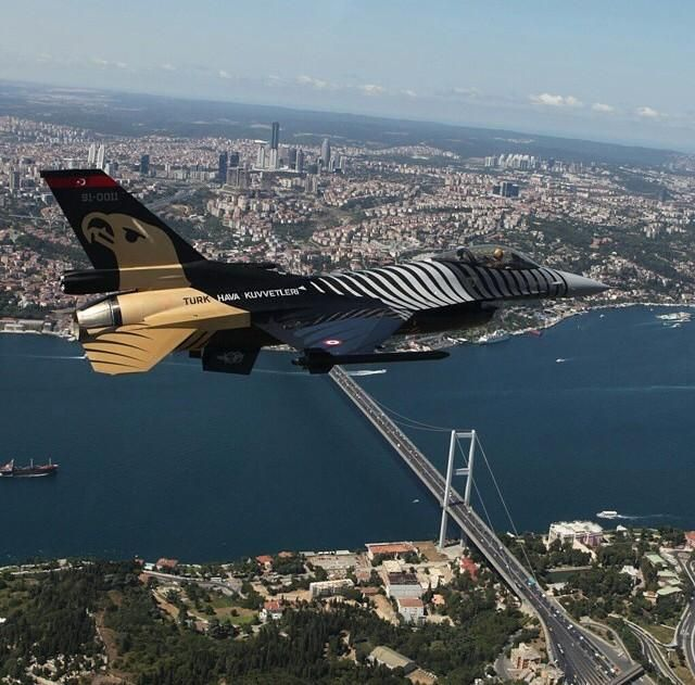 """Solo Turk"" flying above #Istanbul #Turkey pic.twitter.com/26RXpNnCgl"