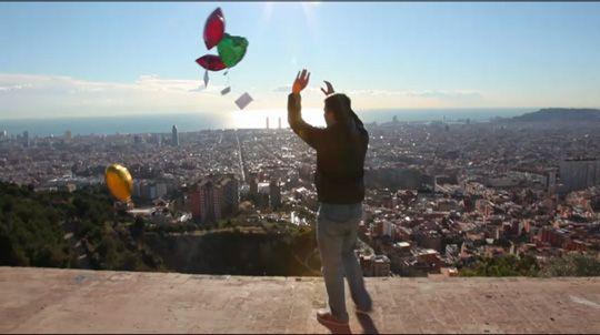 """""""街へのありがとうの伝え方。"""" バルセロナに住む人々に感謝とプレゼントを風船にのせて届けた男。"""