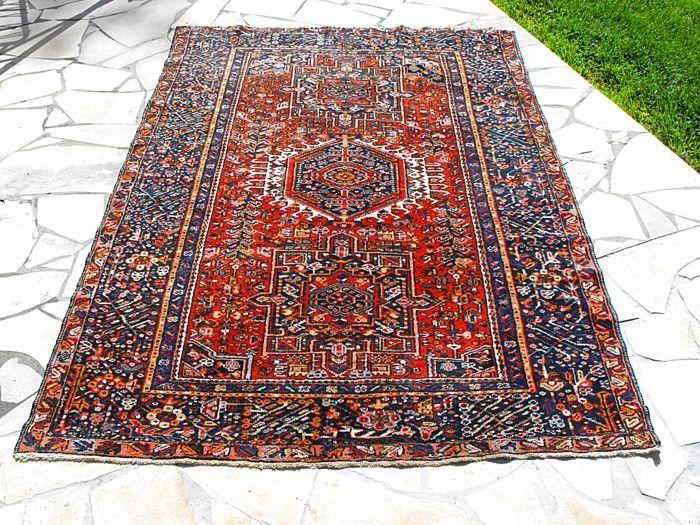 """Antieke-jaren 1920-handgeknoopte Karaja tapijt in de zeldzamer grootte van de 'dozar'. (196 x 140cms/6ft6in x 4 ft 8 in)) uit Iraanse Azerbeidzjan.  Mooie antieke (c.1920) Karaja Perzisch tapijt in de zeldzamer 'dozar' grootte 196 x 140cms (6'6 """"x 4'8"""").Handgeknoopte (sommige 80 ghiordes kpsi) in goede slijtvast wol op een single-wefted katoen-Stichting.Karaja en zijn buurgemeenten ligt ten noordoosten van Tabriz regio Irans Oost-Azerbeidzjan produceren een zeer uniek design van deken. Dit…"""