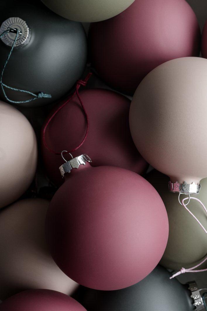 Juldekoration i toner av vinrött, grått och grönt, samt puder. Julgransinspiration!